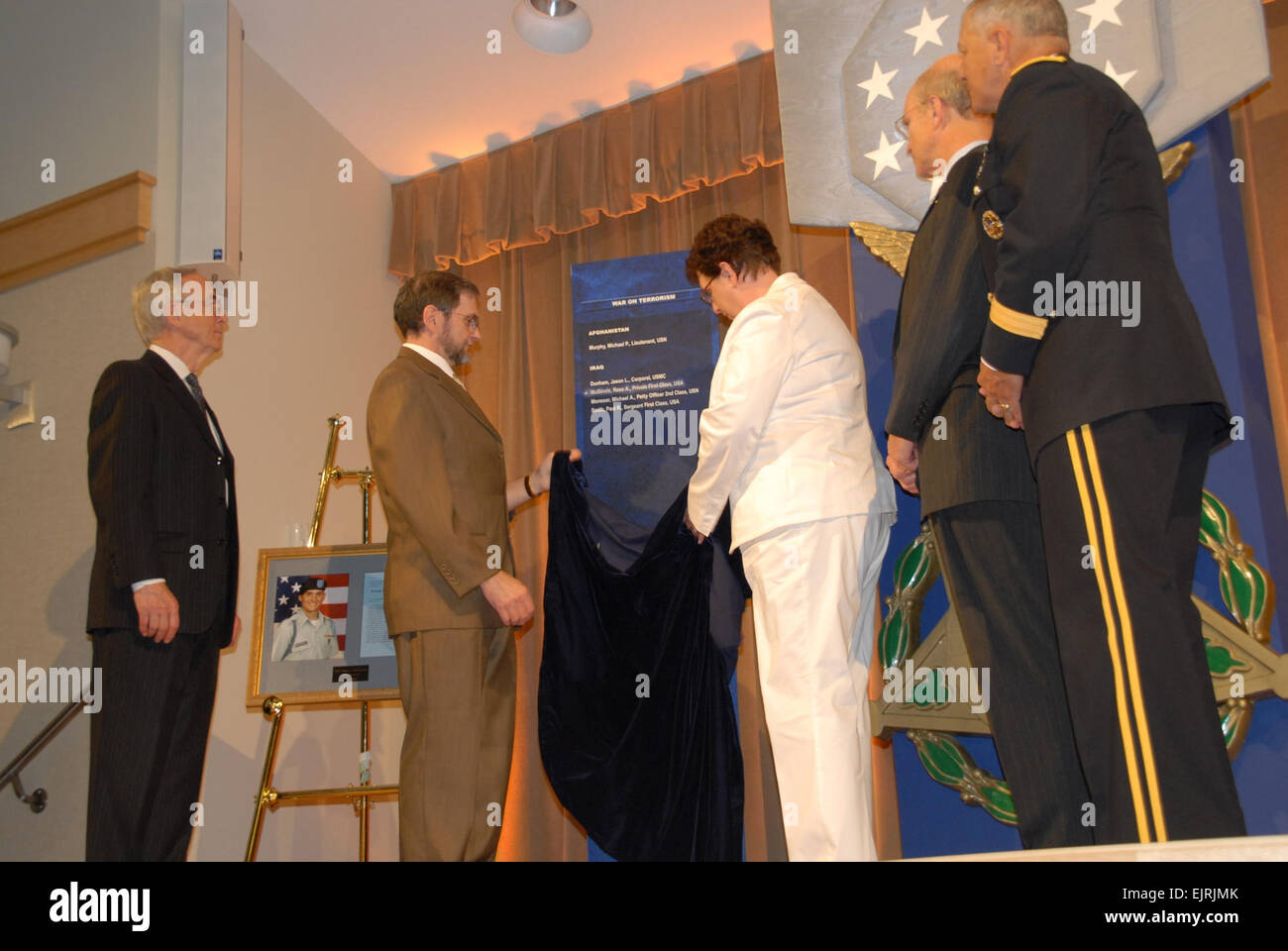 Hall of Heroes 1  Carrie McLeroy June 03, 2008  Tom and Romayne McGinnis unveil the Hall of Heroes plaque to show - Stock Image