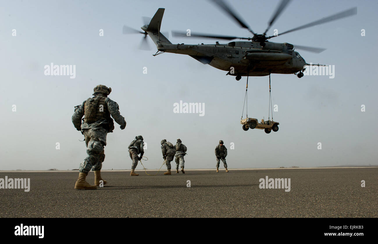U.S. Soldiers undergo sling-load training using a CH-53 Sea Stallion helicopter assigned to Marine Heavy Helicopter - Stock Image