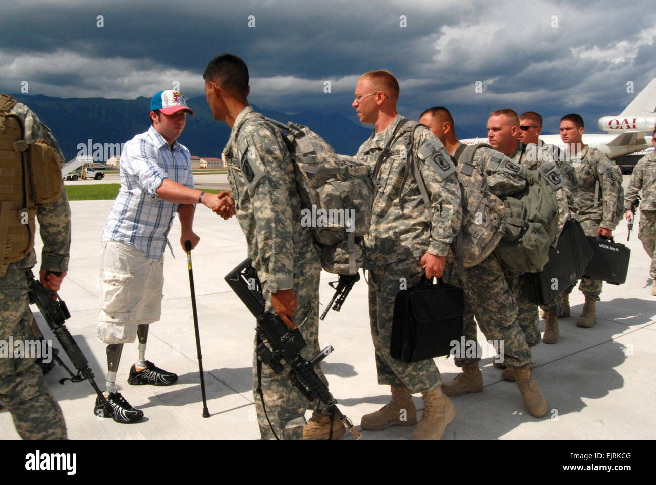 Spc. Jesse A. Murphree, Destined Company, 2nd Battalion, 503rd Infantry Regiment Airborne, greets his 173rd Airborne - Stock Image
