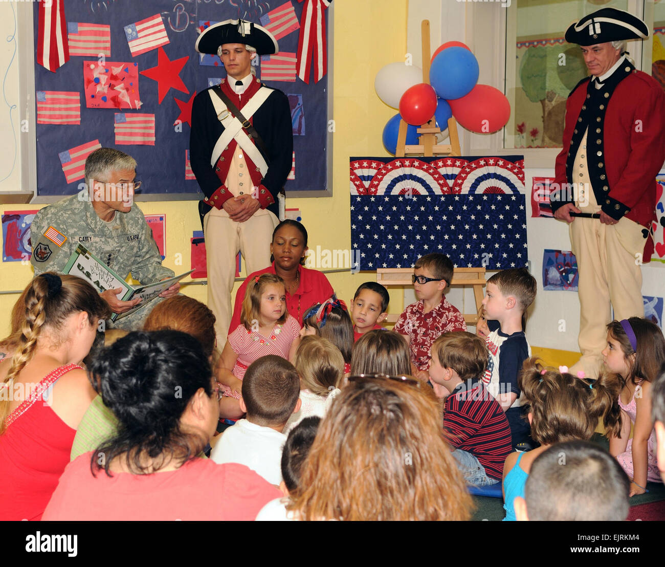 CSA Reads to Kids at Fort Belvoir  J.D. Leipold June 12, 2008  Army Chief of Staff Gen. George W. Casey Jr. paid Stock Photo
