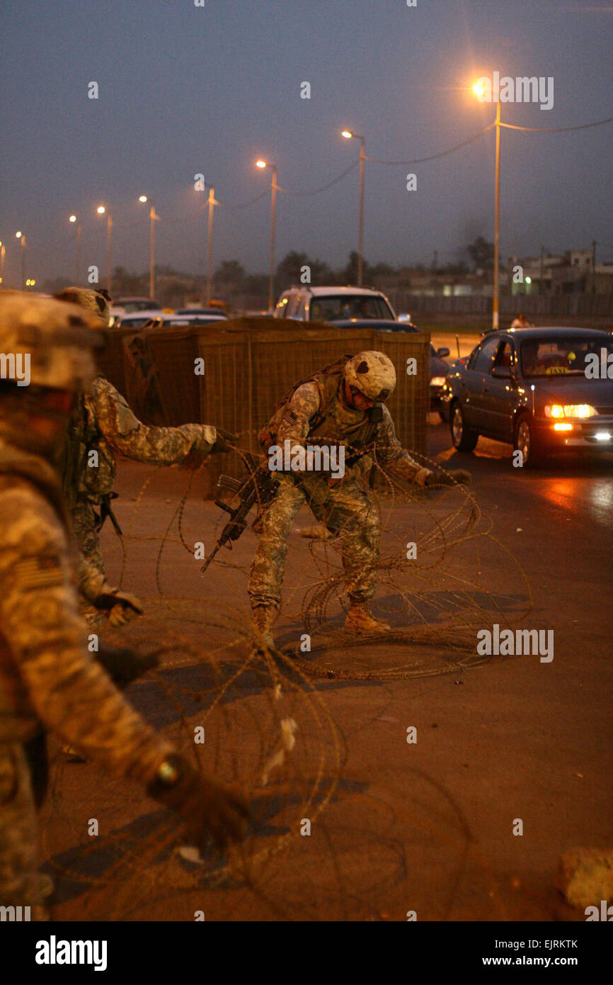 Beneath the streetlights of northwest Baghdad's Hurriya neighborhood Multi-National Division - Baghdad Soldiers - Stock Image
