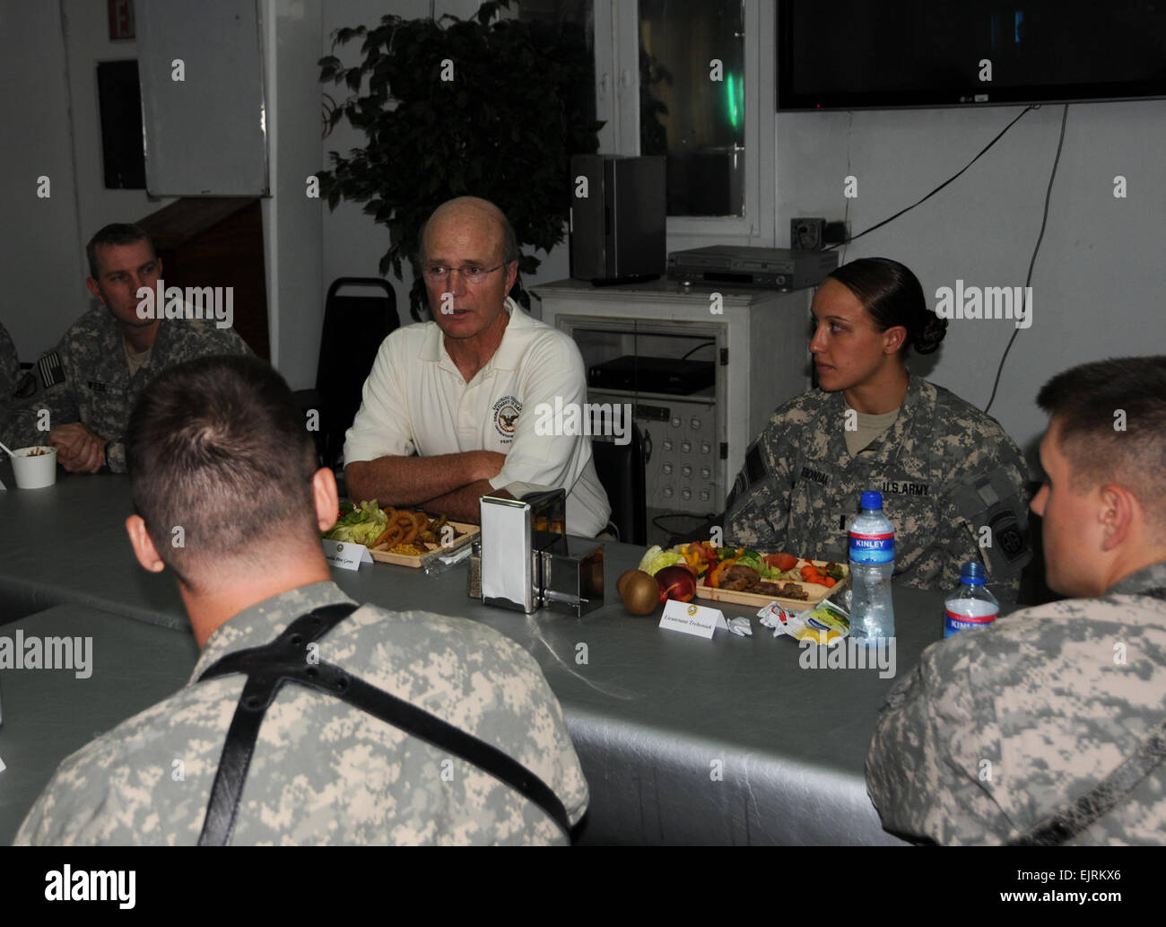 Secretary of the Army, the Honorable Pete Geren, visits with servicemembers of Combined Security Transition Command - Stock Image