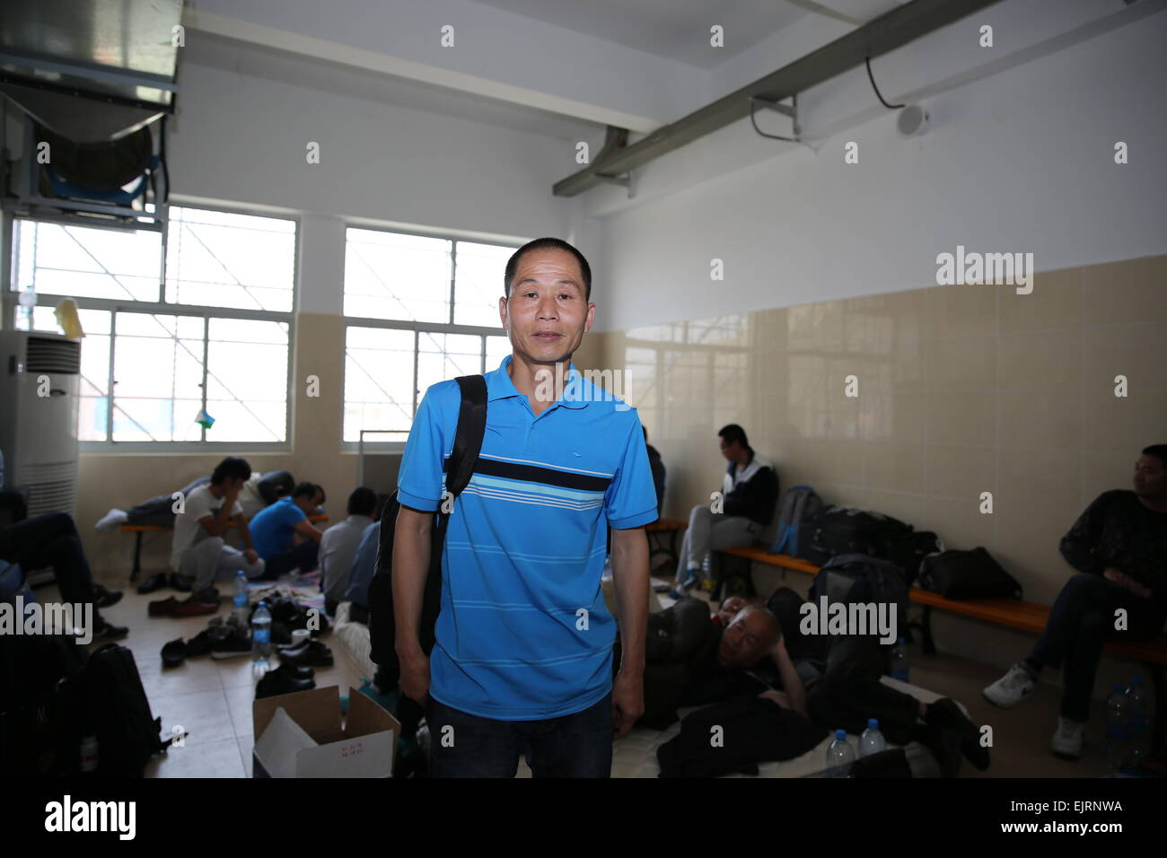 (150331) -- DJIBOUTI, March 31, 2015 (Xinhua) -- A Chinese evacuee stands at the temporary rest center in Hassan Stock Photo