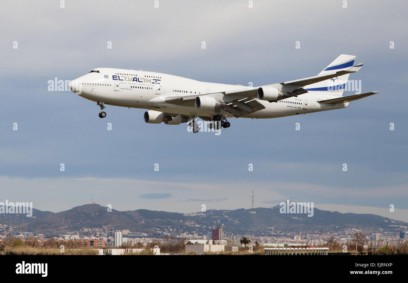 An EL AL Israel Airlines Boeing 747 approaching to the El Prat Airport on March 29, 2015 in Barcelo - Stock Image