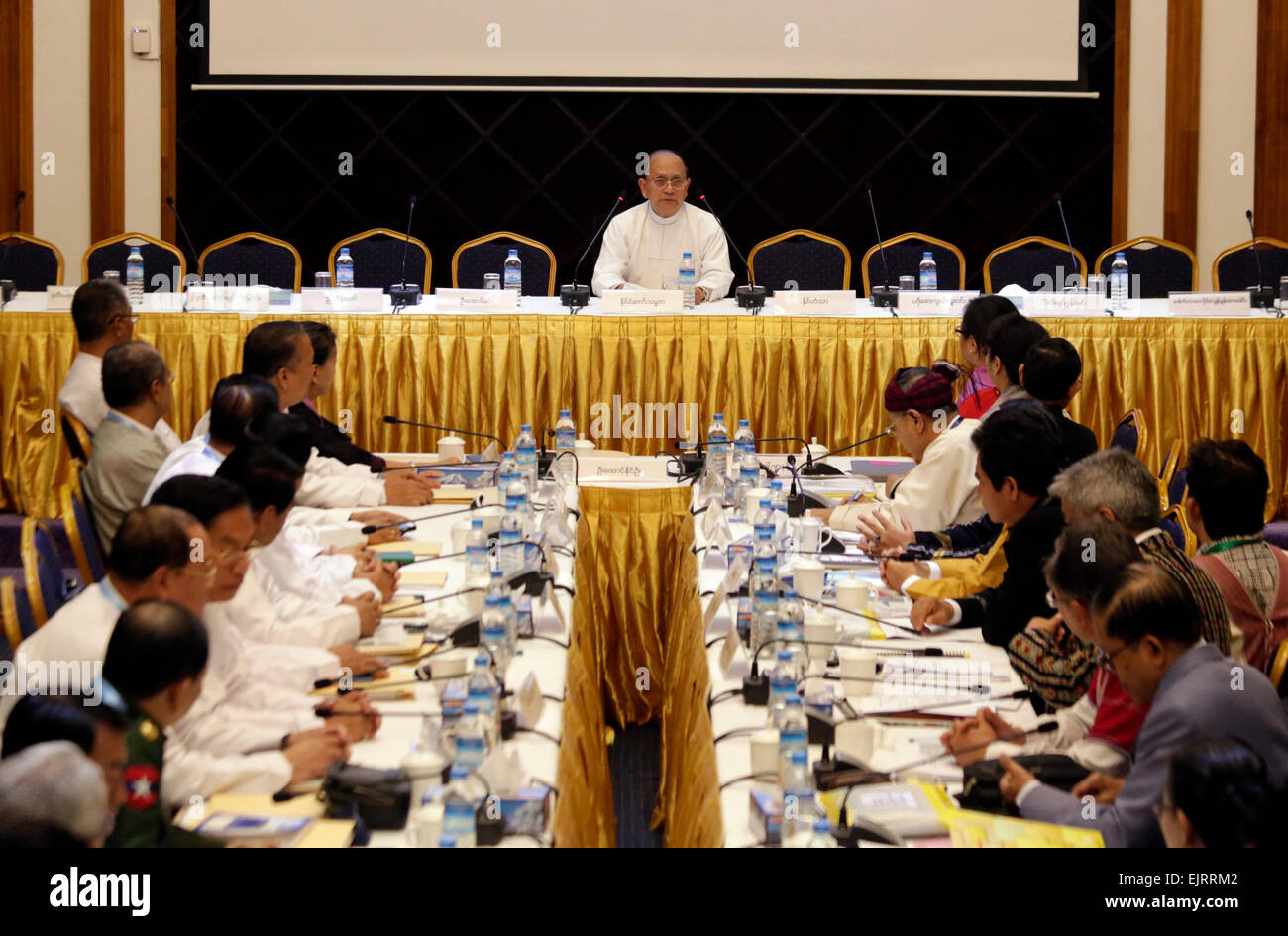 (150331) --YANGON, March 31, 2015 (Xinhua) -- Myanmar President U Thein Sein (C) delivers a speech during a signing - Stock Image