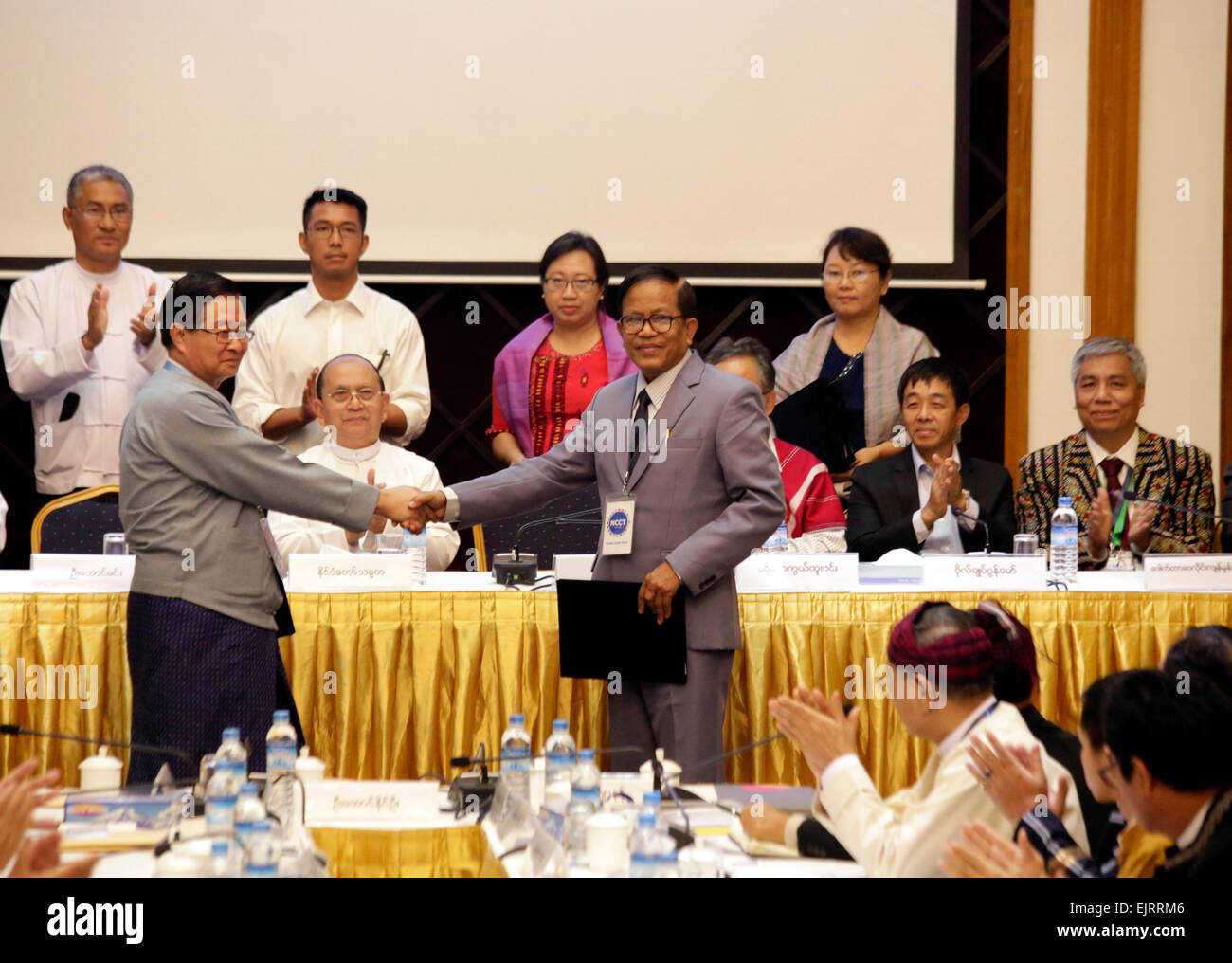 (150331) --YANGON, March 31, 2015 (Xinhua) -- U Aung Min (L), vice chairman of the Myanmar government's Union - Stock Image
