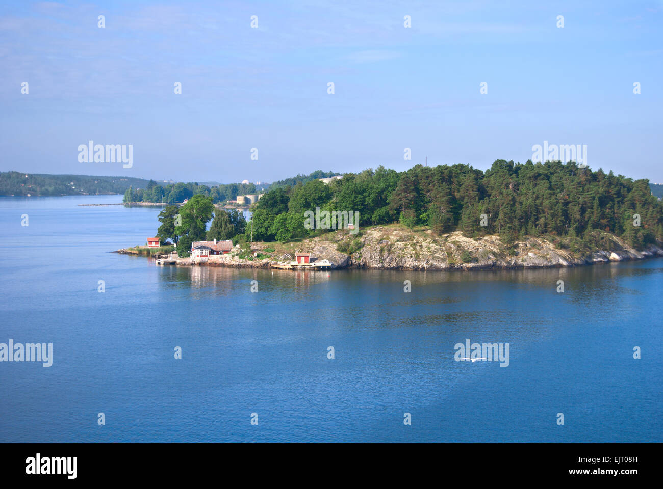Comfortable cottage on a small rocky island in the Stockholm archipelago, Baltic Sea, Sweden - Stock Image