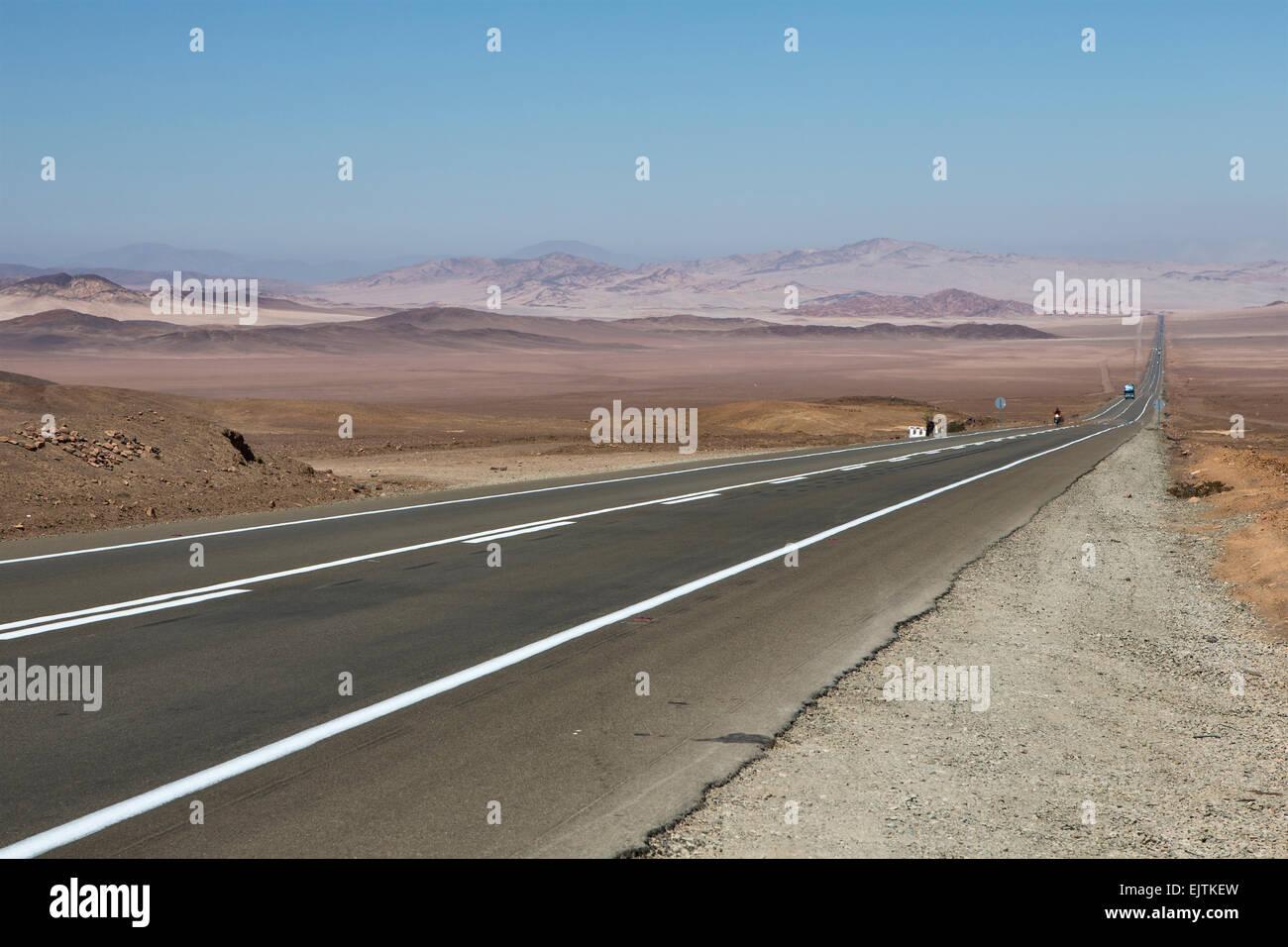 Route 5 (Ruta 5), part of the PanAmericano, passing through the Atacama Desert, Chile. - Stock Image