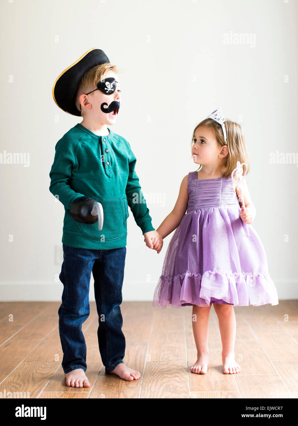Siblings (2-3, 4-5) dressed up as pirate and princess - Stock Image