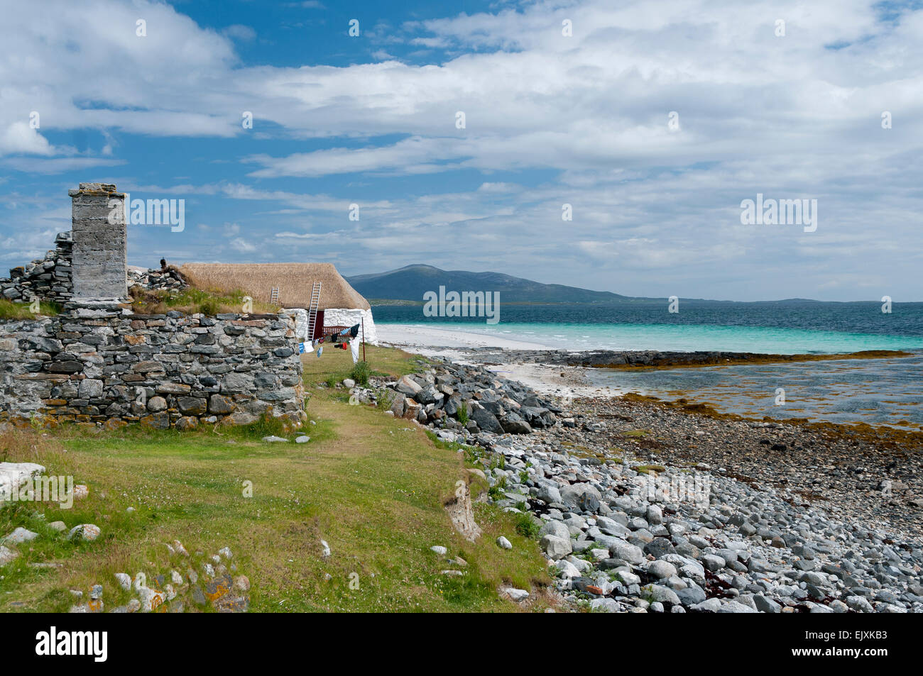 berneray youth hostel thatched hebridean cottage - Stock Image