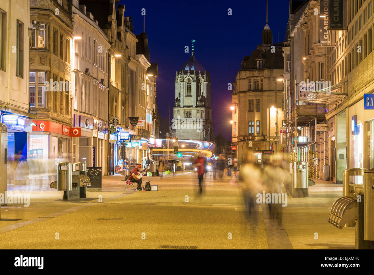 Tom Tower of Christ Church College, Oxford University, viewed down Cornmarket Street, one of the main shopping streets - Stock Image