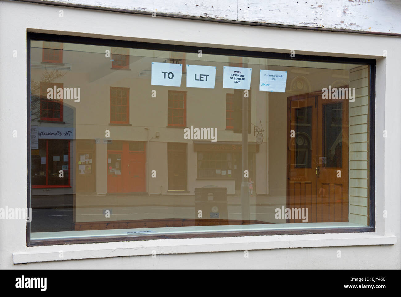Shop window with To Let sign, Machynlleth, Powys, North Wales UK - Stock Image