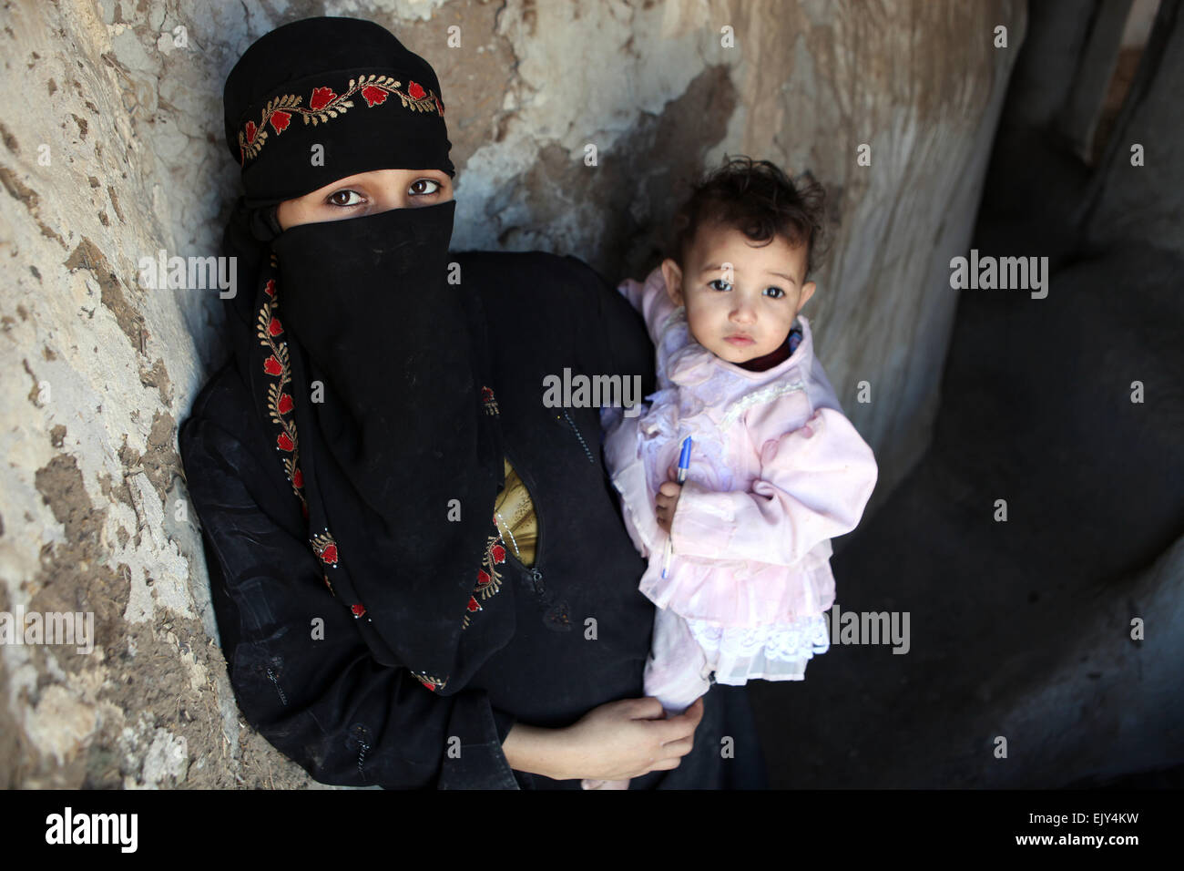 Mother and child in rural Yemen. - Stock Image