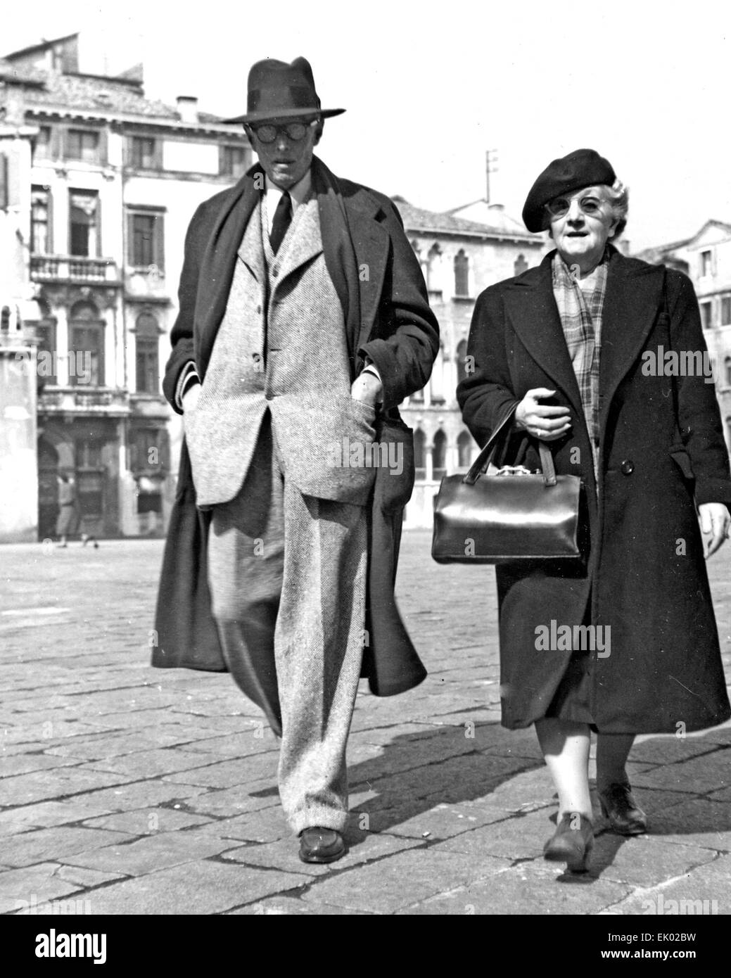 SINCLAIR LEWIS (1885-1951) American novelist and playwright in Venice with his mother-in-law Kathryn Powers in 1950. - Stock Image