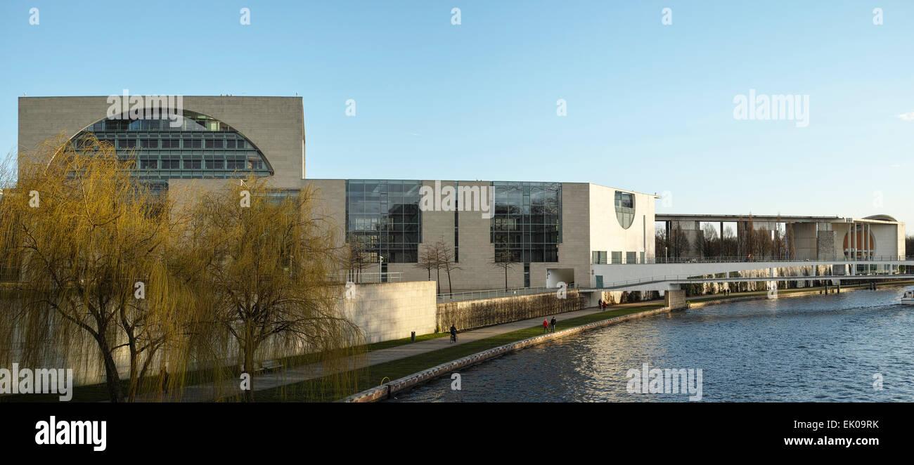 Bundeskanzleramt in Berlin seen from the Moltke bridge across river Spree (water side). - Stock Image