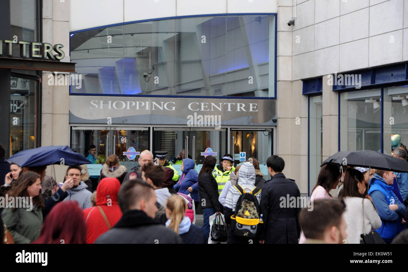 Brighton, UK. 4th April, 2015. Police at the front entrance to Churchill Square Shopping Centre in Brighton which - Stock Image