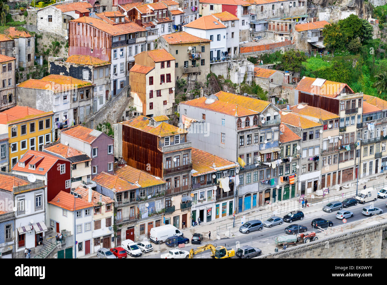 PORTO PORTUGAL  THE RIVER DOURO AND HOUSES ON THE PASSEIO DAS FONTAINHAS AND THE AVENUE GUSTAVO EIFFEL - Stock Image