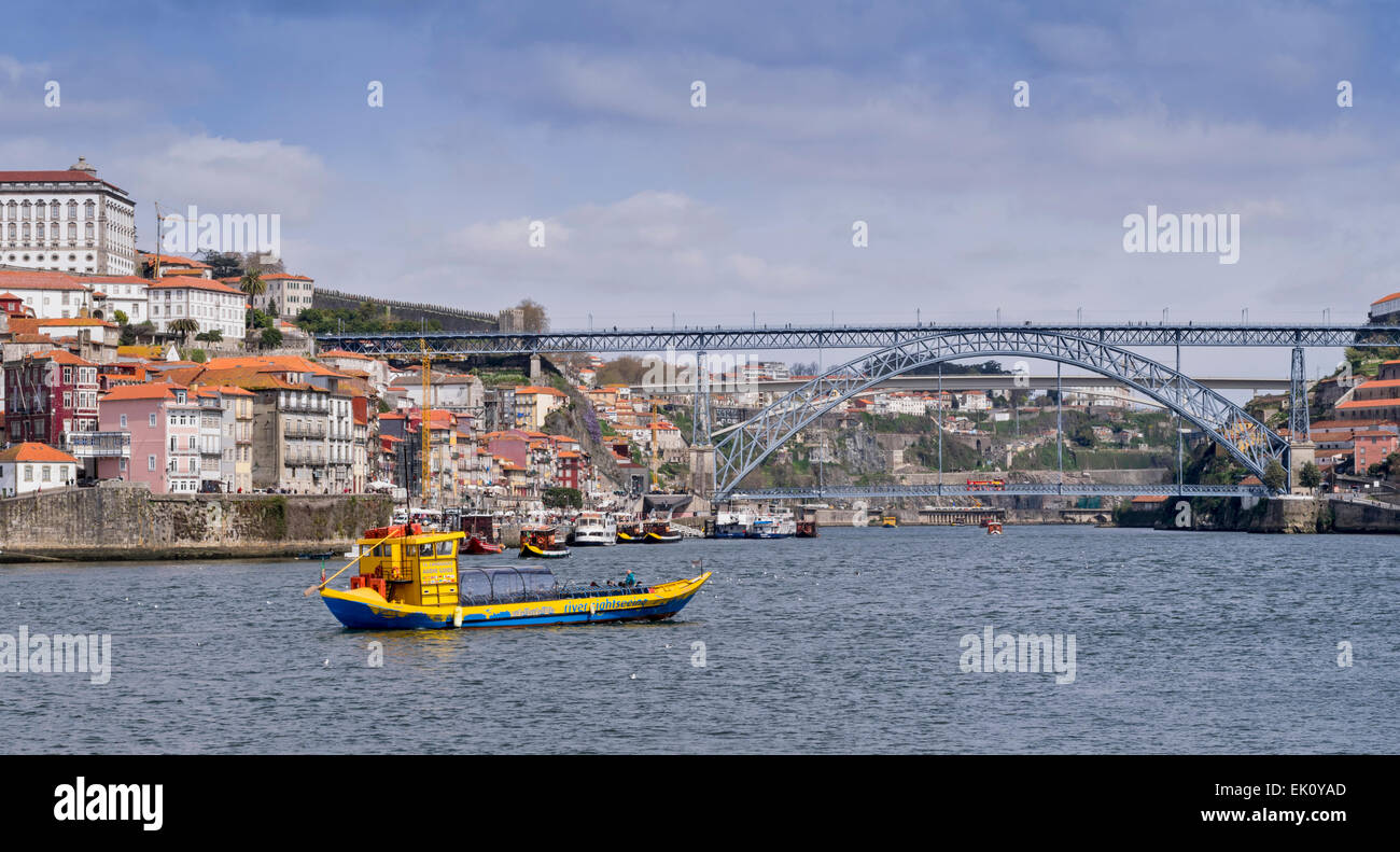 PORTUGAL PORTO  THE RIVER DOURO RIVER SIGHTSEEING PASSENGER BOAT APPROACHING THE LUIS 1st BRIDGE - Stock Image