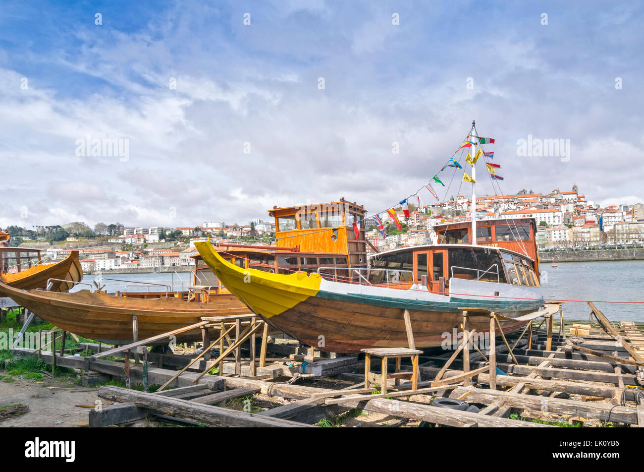 PORTUGAL PORTO  THE RIVER DOURO WOODEN BOATS AND OPEN AIR BOAT REPAIR YARD ALONGSIDE THE RIVER Stock Photo