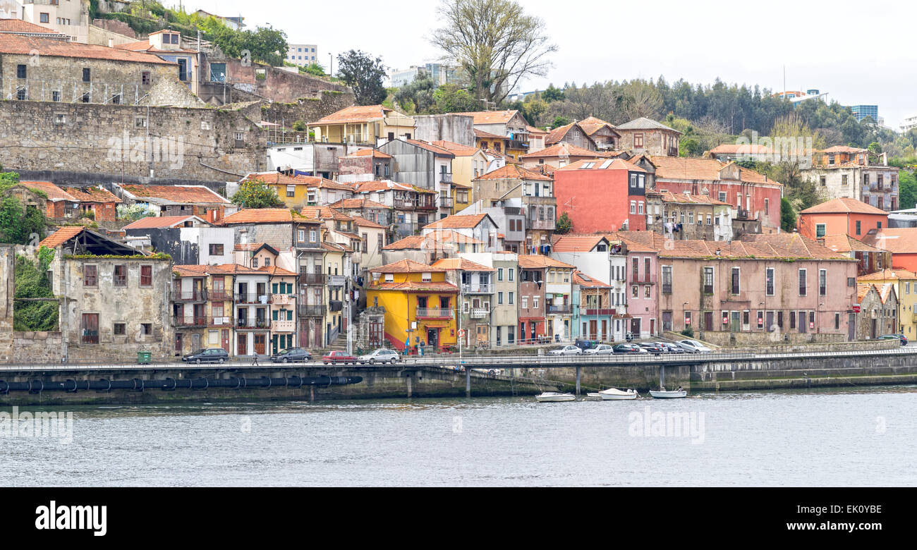 PORTUGAL PORTO CLUSTER OF OLD BUILDINGS AND HOUSES ALONGSIDE THE RIVER DOURO - Stock Image