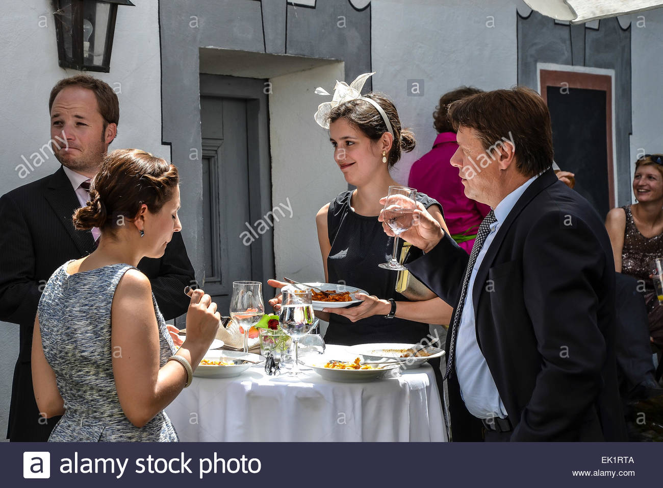 wedding guests eating stock photos wedding guests eating stock images alamy. Black Bedroom Furniture Sets. Home Design Ideas