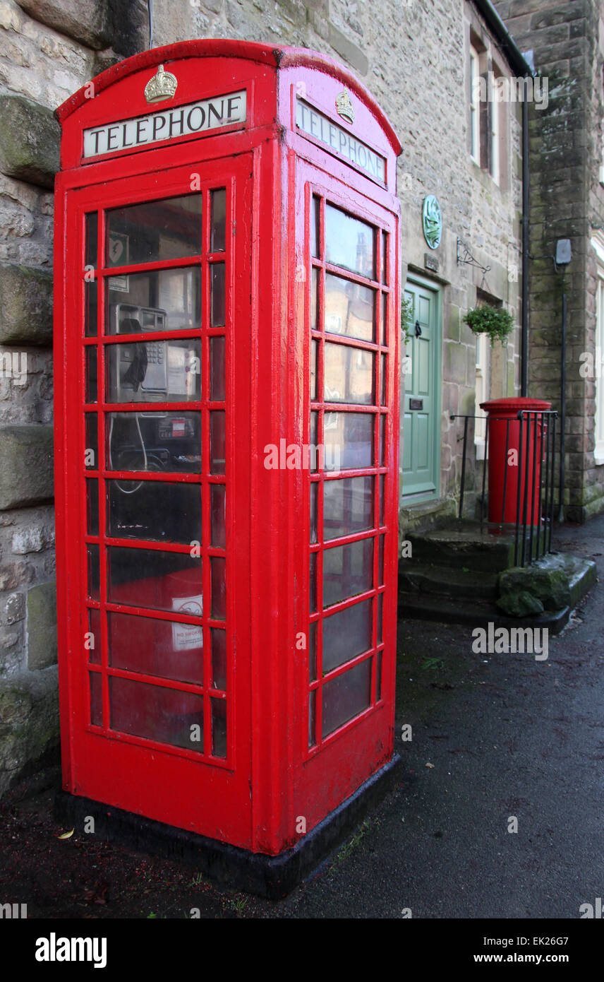 K6 Red Telephone Kiosk in Working Order on the Main Street of Winster in Derbyshire - Stock Image