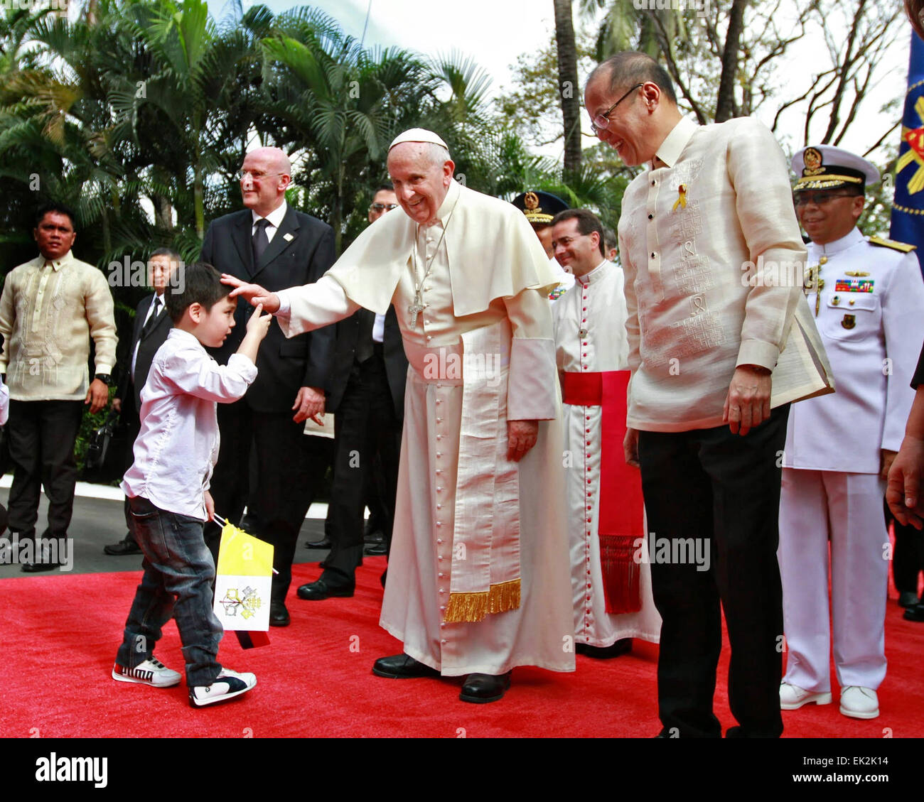 Pope Francis accompanied by President Benigno S. Aquino III, blesses children in the garden at the Malaca–an Palace - Stock Image