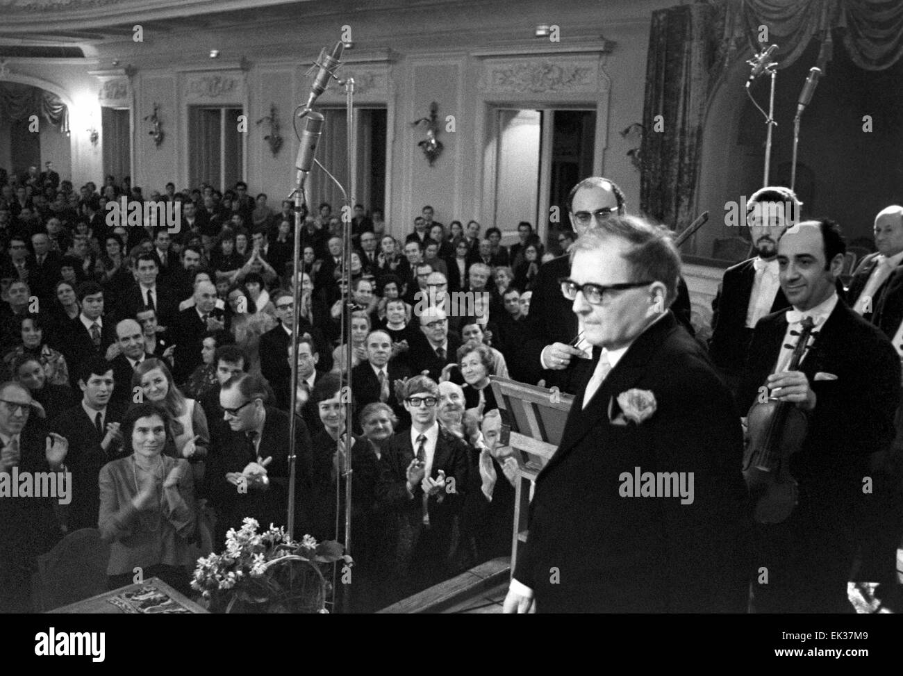 ITAR-TASS: USSR, MOSCOW. The audience greets Dmitri Shostakovich with standingovation after premiere of his 15th - Stock Image