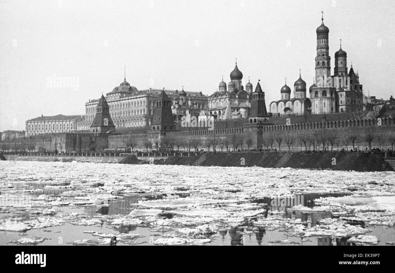 MOSCOW, USSR. Ice breaks up on the Moskva River. Pictured in the background is the Kremlin. - Stock Image