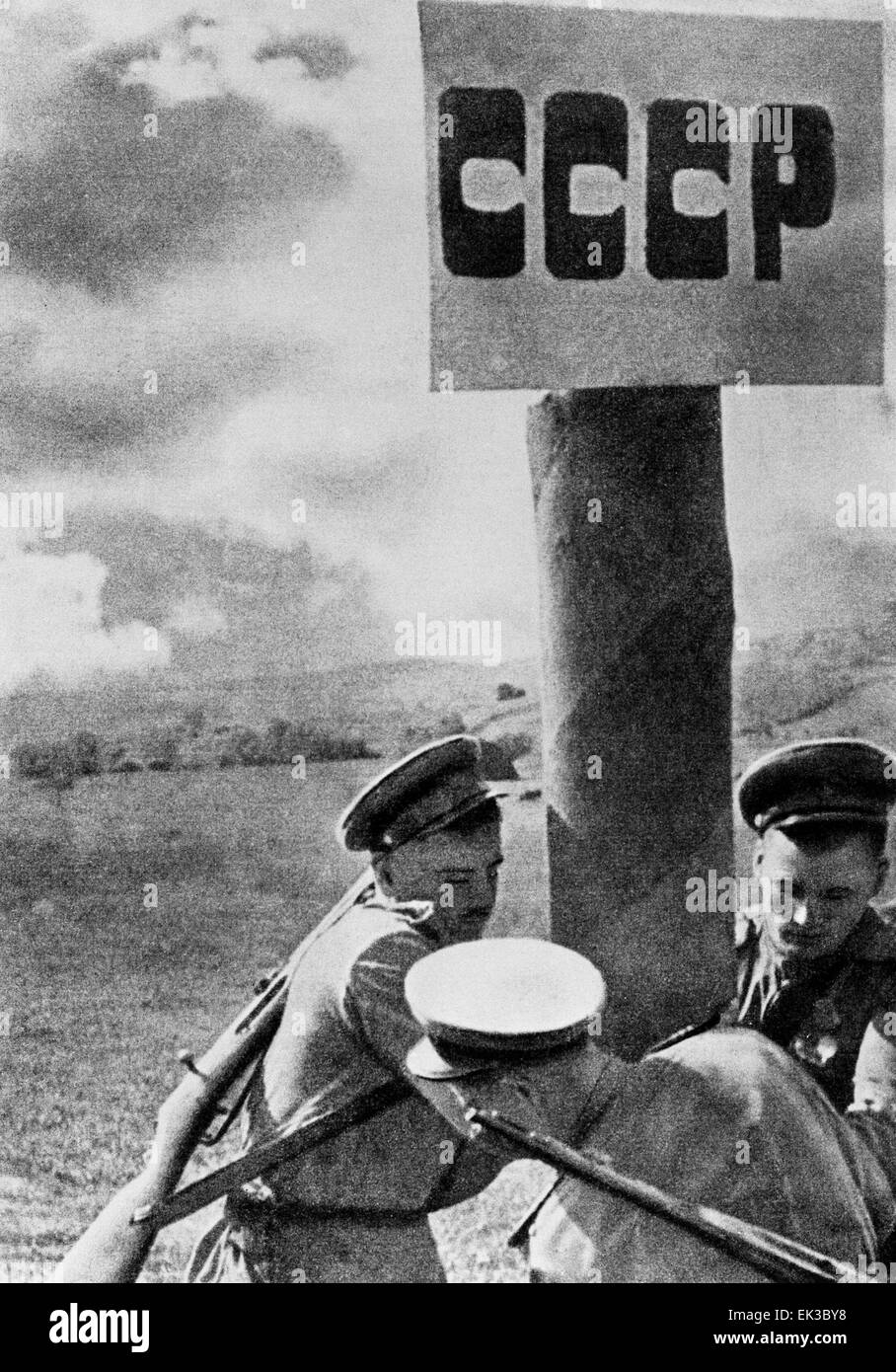 Russian soldiers reerect a marker on the state border of the USSR. Repro photo - Stock Image
