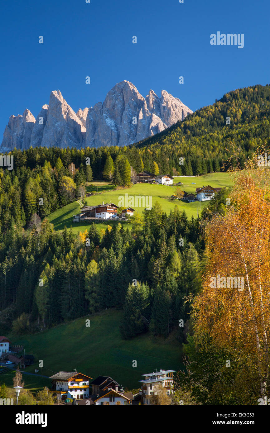 View of the Geisler Spitzen and Dolomite Mountains from San Pietro, Val di Funes, Trentino-Alto-Adige, Italy - Stock Image