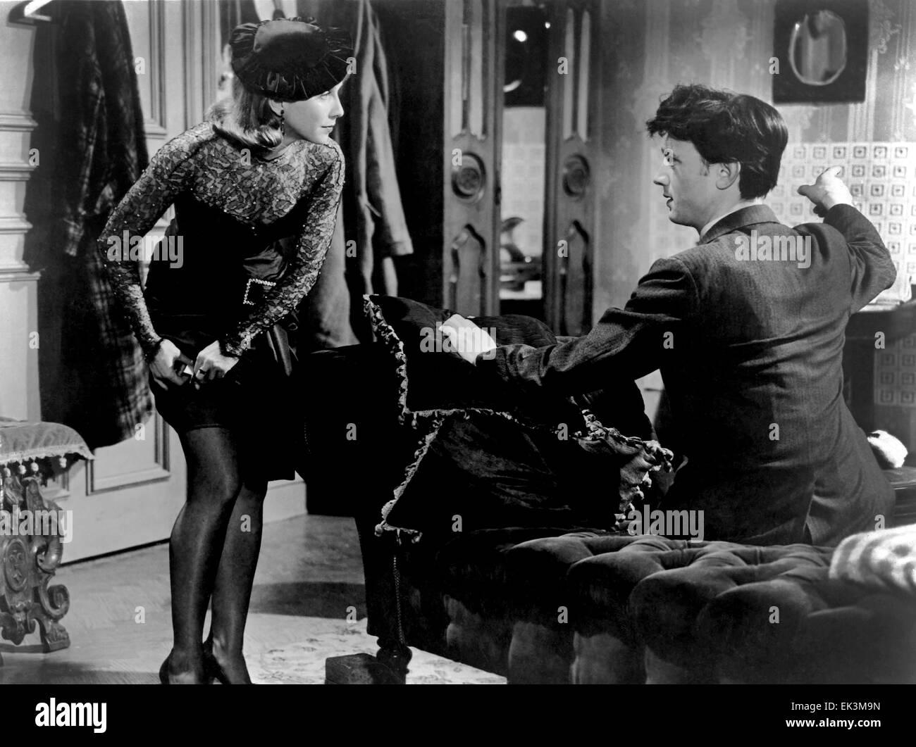 Julie Harris, Laurence Harvey, on-set of the British Film 'I am a Camera', 1955 - Stock Image