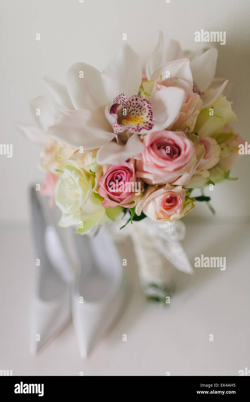 Bouquet Sposa Orchidee E Rose.Wedding Bouquet With Orchids And Roses And Weddind Bride S Shoes
