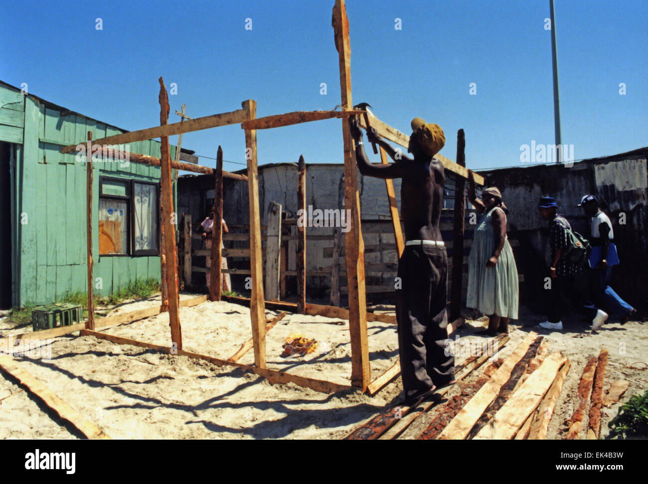 A man and a woman build a shack in Khayelitsha, Cape Town late 1990's - Stock Image