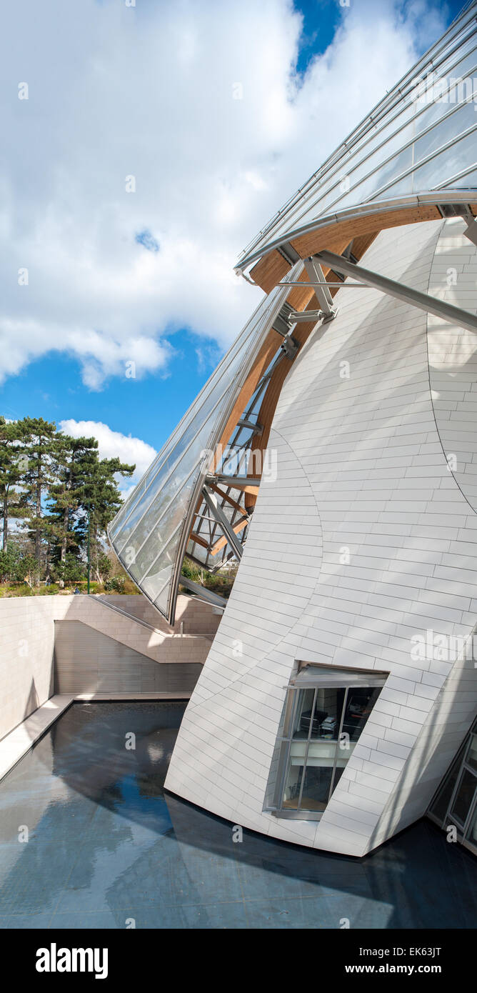 France, Paris, exterior view of the Fondation Louis Vuitton designed by Frank Gehry Stock Photo