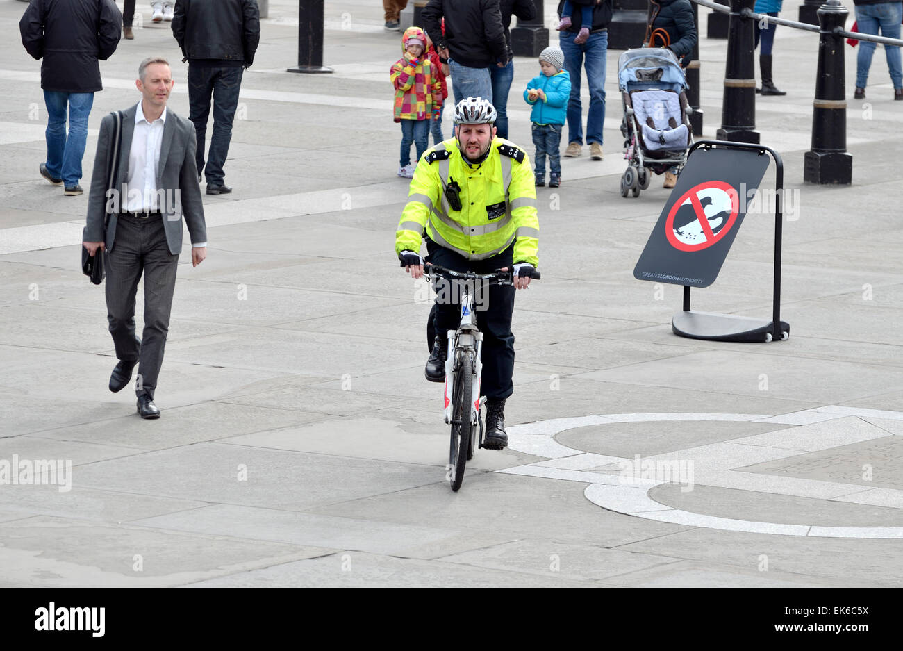 London, England, UK. Metropolitan police officer on a bicycle in Trafalgar Square - Stock Image