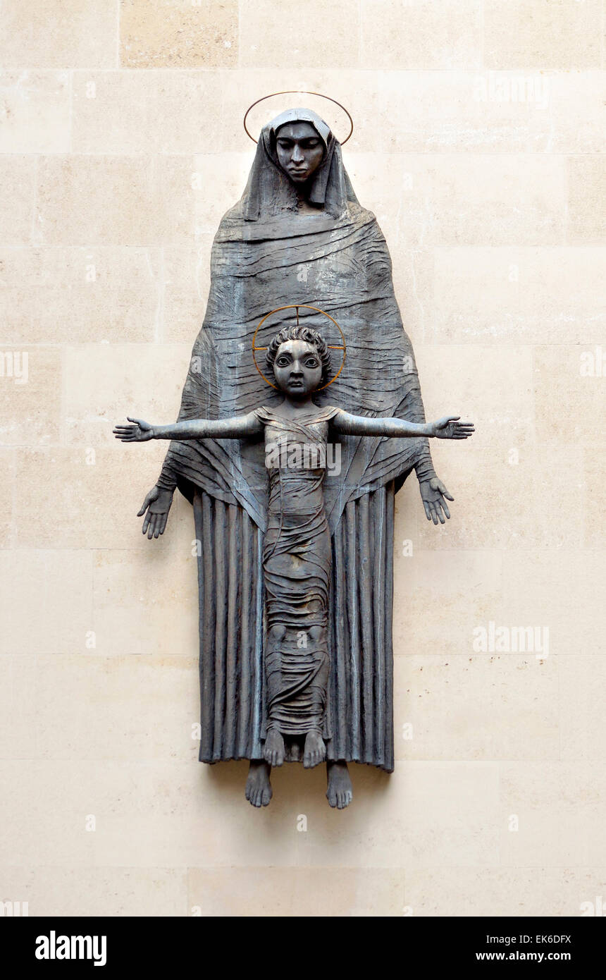 London, England, UK. Madonna and Child sculpture (Jacob Epstein; 1952) in Dean's Mews - Stock Image