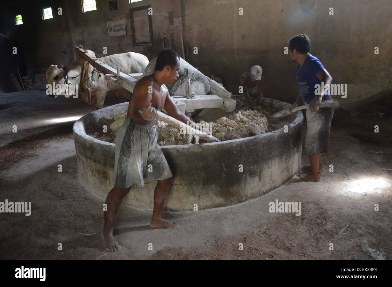 Yogyakarta Indonesia 8th Apr 2015 Workers Grind Flour To Make Mie Lethek
