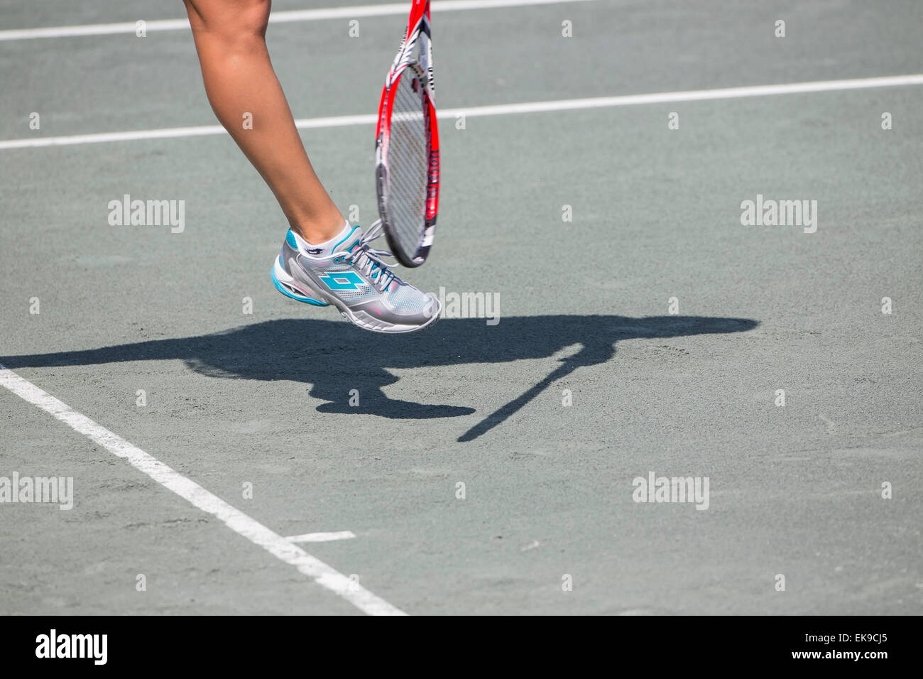 Charleston, SC, USA. 8th Apr, 2015. Charleston, SC - Apr 08, 2015: [2] E. Makarova (RUS) serves to S. Zhang (CHN) Stock Photo