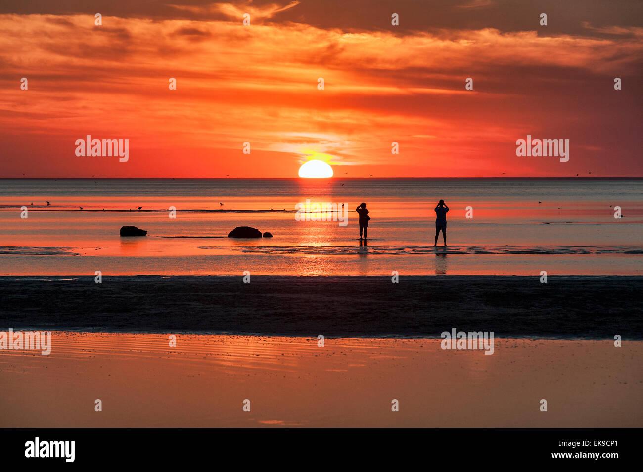 Photographers take sunset photos at Skaket beach, Cape Cod, Massachusetts, USA - Stock Image