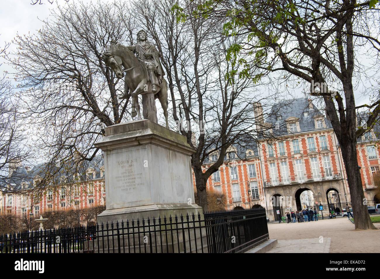 Louis XIII statue in Place des Vosges, Marais District Paris - Stock Image