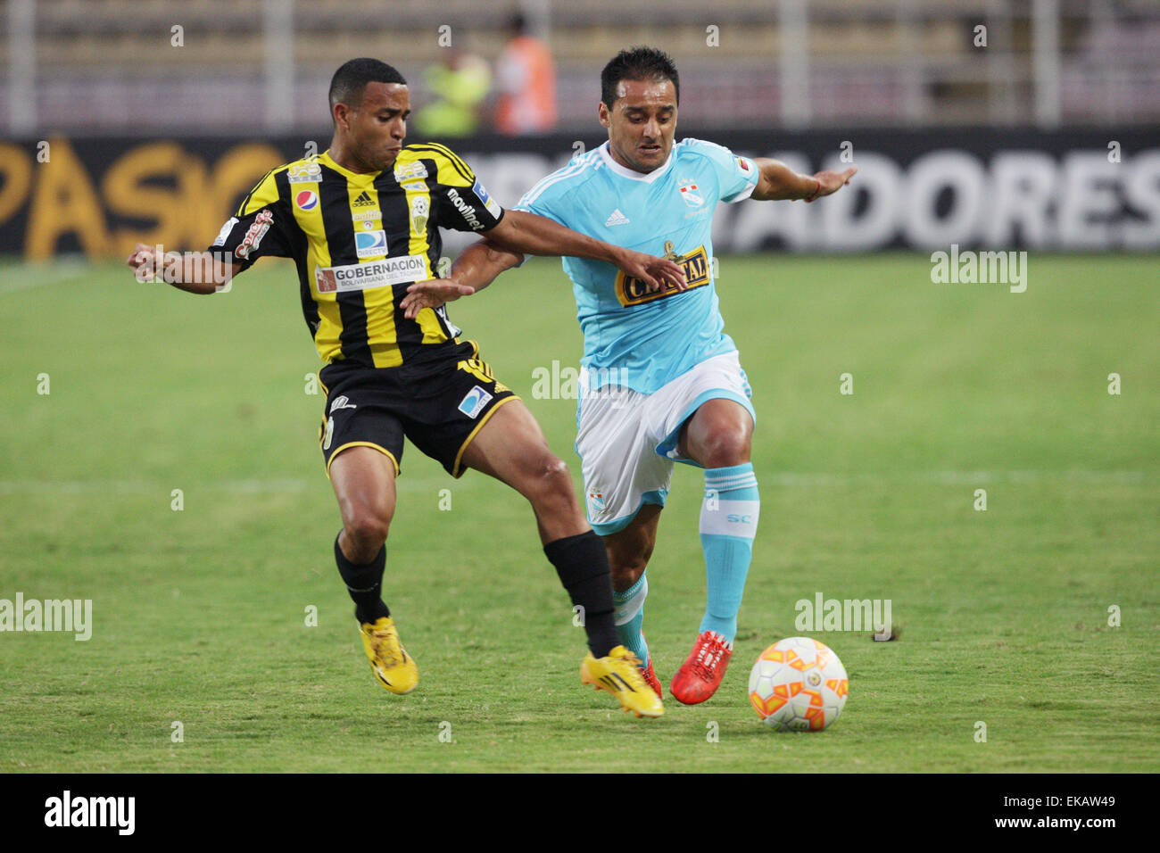 Tachira. 9th Apr, 2015. Deportivo Tachira's Yohandry Orozco (L) vies for the ball with Sporting Cristal's - Stock Image