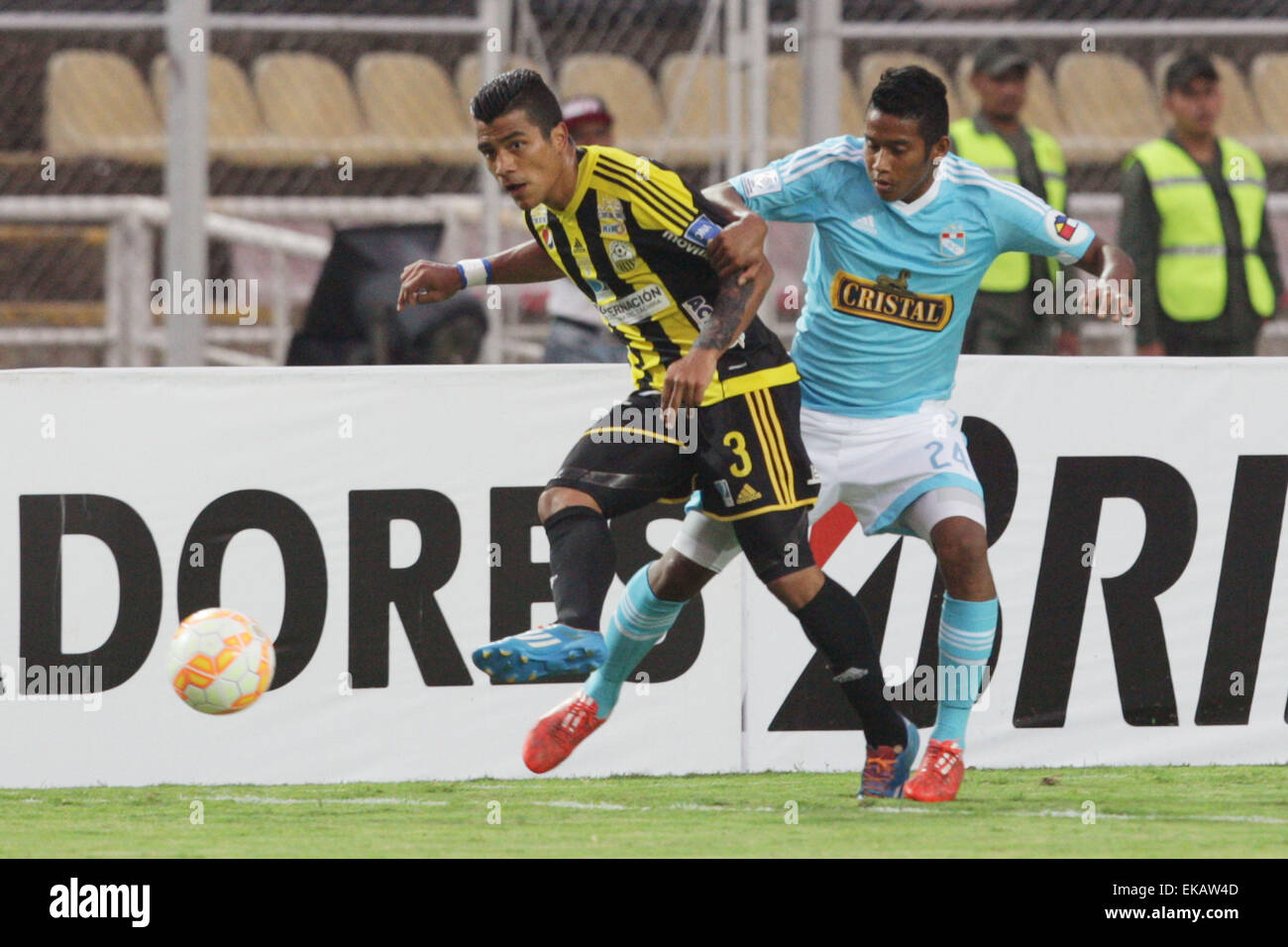 Tachira. 9th Apr, 2015. Deportivo Tachira's Carlos Lujano (L) vies for the ball with Sporting Cristal's - Stock Image