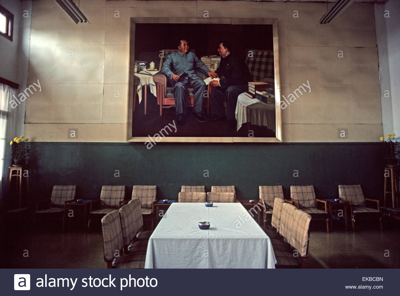 Portraits of Chairman Mao and Premier Zhou Enlai in Committee room of Huang-Chiao commune, near Shanghai, China - Stock Image