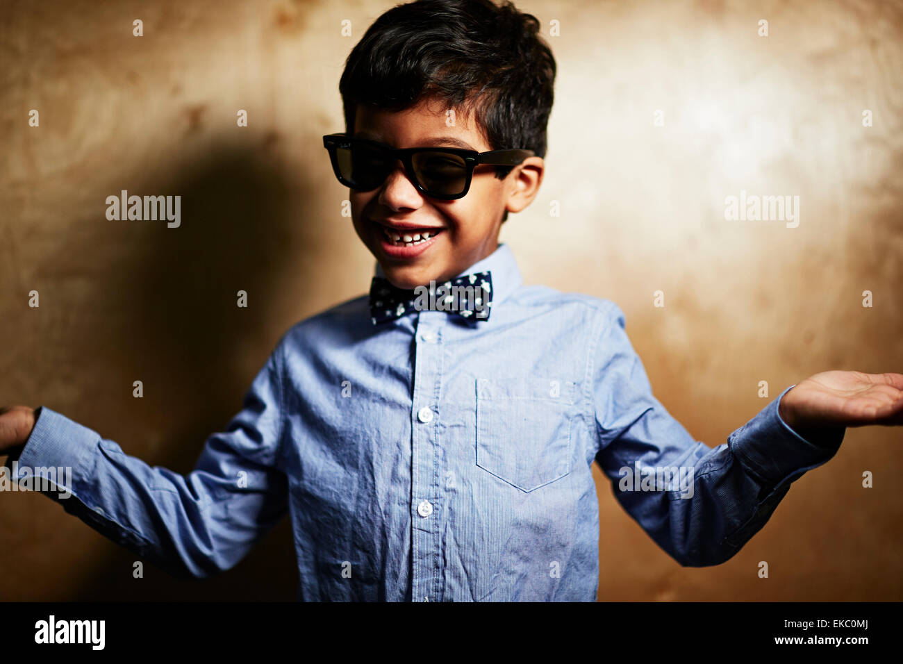Boy wearing sunglasses and bow tie - Stock Image