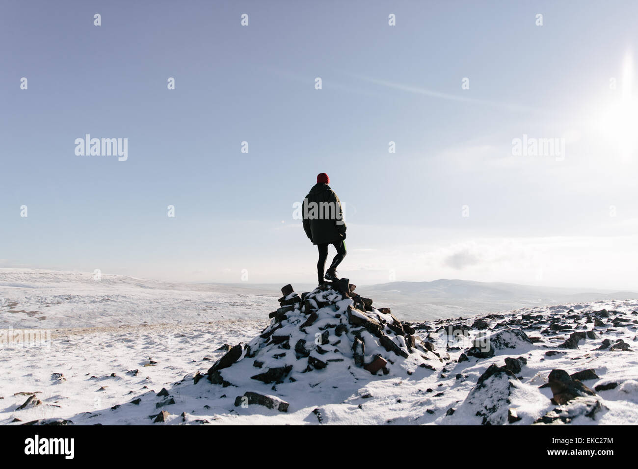 Man standing on outcrop, Llyn y Fan Fach, Brecon Beacons, Wales - Stock Image