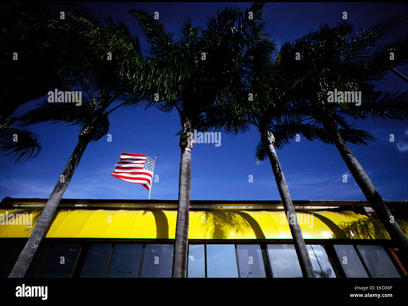 AJAXNETPHOTO. - 1999. NAPLES, FLORIDA, USA. - FLAG - STARS AND STRIPES FLUTTERS FROM ROOF OF A DINER. PHOTO: JONATHAN - Stock Image