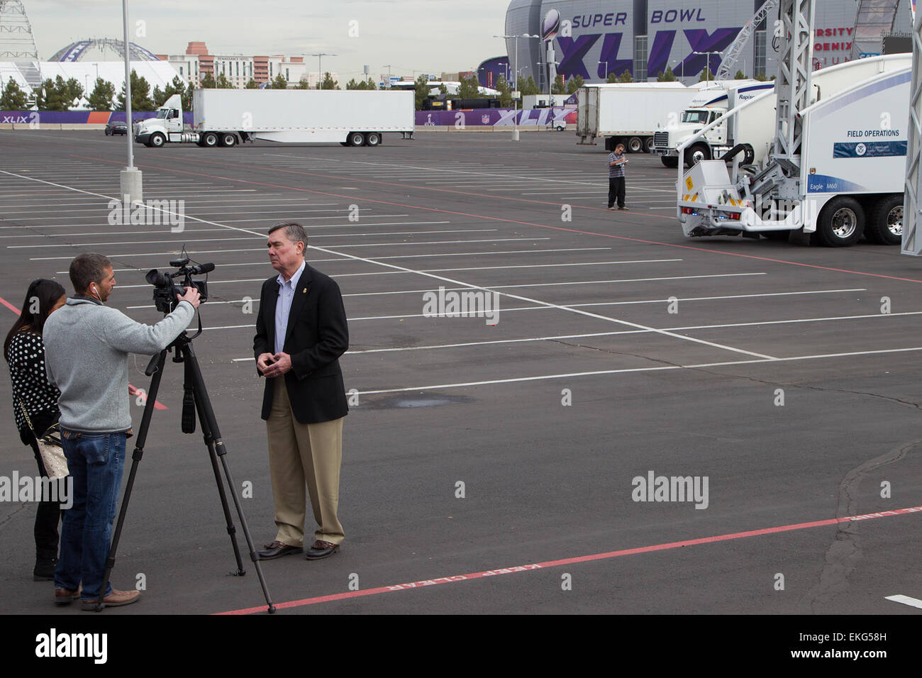 012615:CBP background support during Super Bowl XLIX.  CBP Commissioner Kerlikowske at the CBP Non Intrusion Inspection - Stock Image