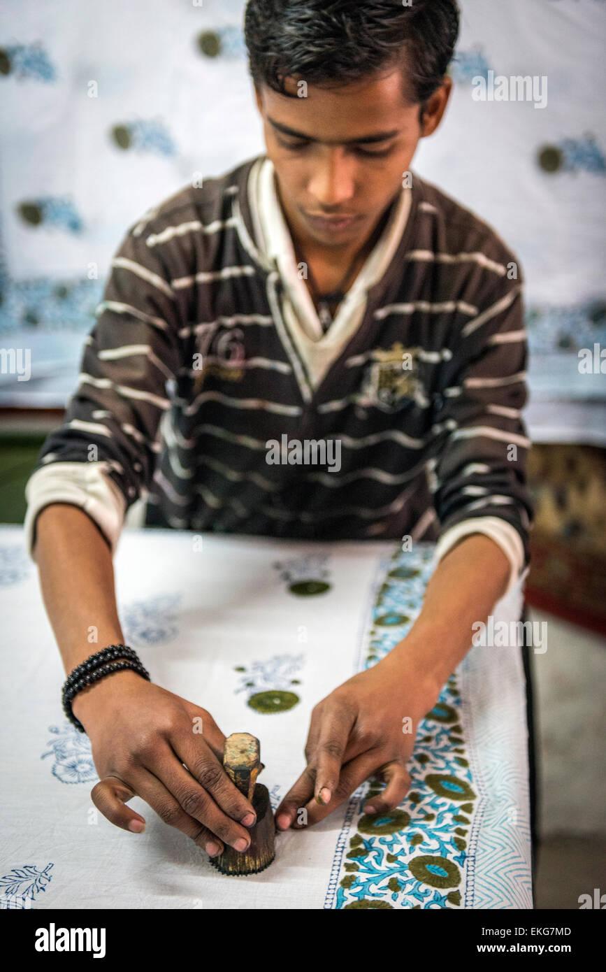 Craftsman block-printing fabric with wood-cut pattern in Jaipur, Rajasthan, India - Stock Image