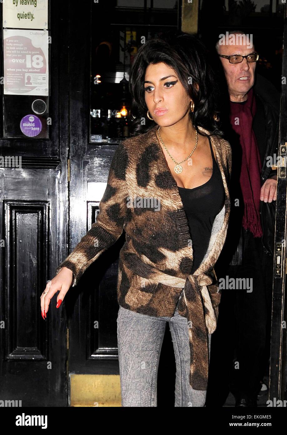 19.FEBRUARY.2008. LONDON A DRUNK AMY WINEHOUSE LEAVING